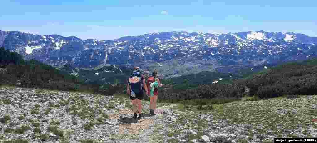 Zbog teško pristupačnih dijelova izazov je planinarima. Uske staze vode kroz borovu šumu, a potom kroz predijele s niskim raslinje, koji se smjenjuju s kamenitim tlom.