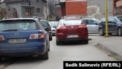 Na izborni dan na ulicama Srebrenice mogli su se vidjeti brojni automobili sa registarskim oznakama Srbije