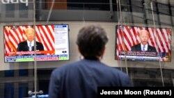 Adresarea lui Joe Biden despre Afganistan, urmărită din Times Square, la New York, 16 august 2021.