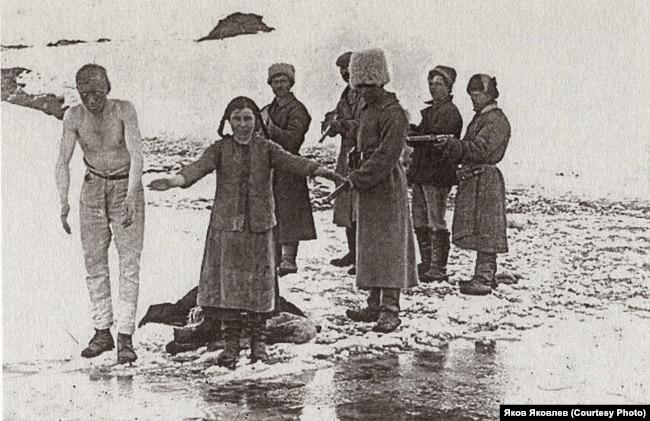 Расстрел у проруби: большевистский патруль казнит сибирских крестьян, выступавших против продразверстки