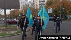 Члены движения «Намыс» на пути к консульству США в Алматы. 23 октября 2020 года.