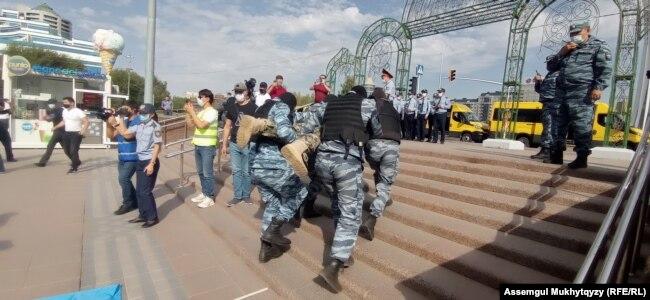 Задержания сторонников незарегистрированной партии «Ел тірегі». Нур-Султан, 7 сентября 2021 года