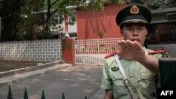 Шинжандагы постто турган полиция кызматкери, Кытай.