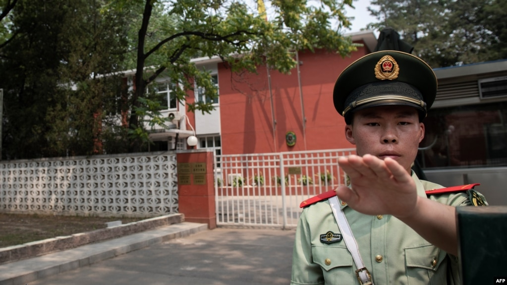Шыңжаңдағы посты бақылап тұрған полицейлер. Шыңжаң, Қытай.