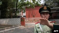Полицейский на посту в Синьцзяне, Китай.
