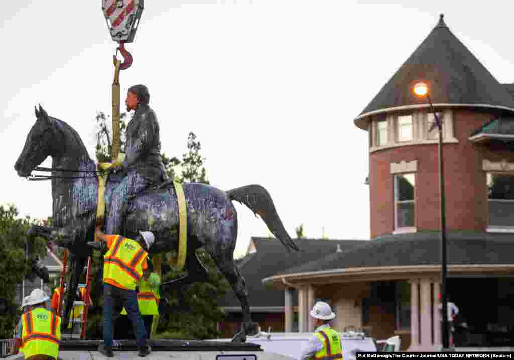 The statue of Confederate soldier John B. Castleman is prepared for its removal from the pedestal where it stood for over 100 years as protests against racial inequality continue, in the Cherokee Triangle neighborhood of Louisville, Kentucky, U.S. June 8. 2020.