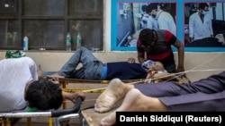 Помош на пациентите во Њу Делхи им се укажува и пред болниците кои се преполни