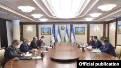 Өзбекстандын премьер-министри Абдулла Арипов баштаган өкмөт өкүлдөрү менен (сол жакта) Кыргызстандын тышкы иштер министри Руслан Казакбаев (оң жакта) баштаган делегациянын жолугушуусу. 2020-жыл, 5-ноябрь. Ташкент.