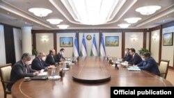 Встреча премьер-министра Узбекистана Абдуллы Арипова с министром иностранных дел КР Русланом Казакбаевым. 5 ноября 2020 года.