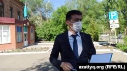 Мамандандырылған ауданаралық соттың судьясы Бақыт Ермаханов үкімді оқып жатыр. Орал, 12 маусым 2020 жыл.