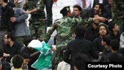 برخورد نیروی انتظامی با شعاردهندگان در دیدار پرسپولیس-الاتحاد، ۱۳ اردیبهشت ۹۰.