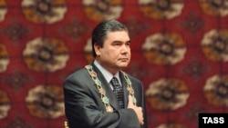 Gurbanguly Berdimuhamedow prezidentlige kasam kabul edýär, Aşgabat, 2007-nji ýylyň 14-nji fewraly.