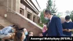 Советник министра труда Шынгысбек Султанбеков беседует с матерями. Нур-Султан, 22 июля 2020 года.