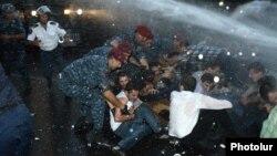 Ոստիկանները ցրում են Բաղրամյանի ցույցը, 23-ը հունիսի, 2015թ.