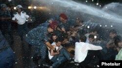 Розгін акції протесту на світанку 23 червня