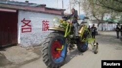 Местный житель за рулем мотоцикла, который сам сконструировал. Округ Манас в Синьцзяне, Китай. Иллюстративное фото.