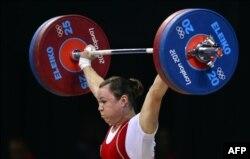 Қазақстандық ауыр атлет Анна Нұрмұхамбетова штанга көтеріп тұр. Лондон, 1 тамыз 2012 жыл.