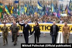 П'ятий президент України Перо Порошенко із дружиною Мариною (посередині) під час «Маршу захисників» до Дня Незалежності України. Київ, 24 серпня 2020 року