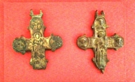 Древние кресты, найденные археологами на месте первой Десятинной церкви