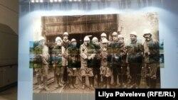"""Кристина Романова. """"Границы"""". На снимок мирного времени жителей Абхазии накладываются пейзажи, поврежденные войной"""