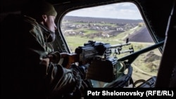 Украинский пулеметчик на борту вертолета МИ-8