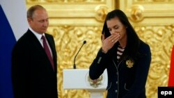 Елена Исинбаева плачет на встрече с Владимиром Путиным
