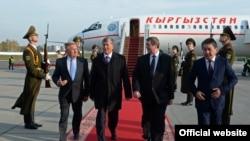 КР президенти А. Атамбаев ЕАЭБнын жыйынына катышуу үчүн барган. Минск. 9-октябрь, 2014-жыл.