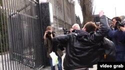 Ресей елшілігі ғимаратына тас атып жатқан наразы топ. Киев, 6 наурыз 2016 жыл.