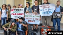 Громадські активісти під час театралізованої акції «Не пустимо в хату російську вату!», Київ, 4 вересня 2014 року