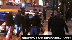 Либанскиот премиер Саад Харири опкружен со личности за обезбедување, зборува по телефон додека пристигнува во Париз