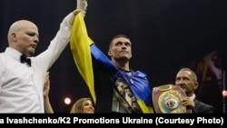 Український боксер Олександр Усик, який завоював титул чемпіона світу за версіями Всесвітньої боксерської ради (WBC), Всесвітньої боксерської організації (WBO), Всесвітньої боксерської асоціації (WBA) і Міжнародної боксерської федерації (IBF) у вазі до 90,71 кілограма в об'єднавчому бою з російським боксером Муратом Гассіевим, у фіналі Всесвітньої боксерської суперсерії WBSS. Москва, 22 липня 2018 року