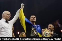 Олександр Усик (с) після перемоги над Муратом Гассієвим (за кадром) у Москві, 22 липня 2018 року