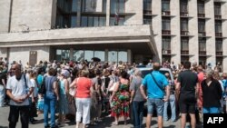 Hökümet binasynyň öňünde protest aksiýasy, Donetsk, 15-nji iýun 2015.