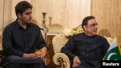 د پاکستان ولسمشر اصف علي زرداري له خپل زوی اود پیپلز ګوند له چیرمین بلاول زرداري سره.