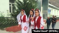 Девушки на праздновании Дня национального единства в Хороге.