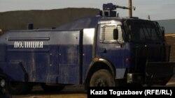 Жаңаөзен қаласының ішкі істер басқармасының ауласында тұрған су шашқыш машина. Жаңаөзен, 21 желтоқсан 2011 жыл.