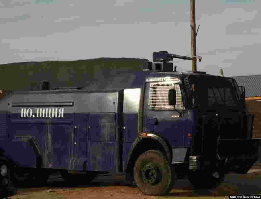 Жаңаөзен қалалық ішкі істер басқармасының ауласында тұрған су атқыш машина. 21 желтоқсан 2011 жыл