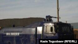 Жаңаөзен қалалық ішкі істер бөлімінің ауласында тұрған су шашатын машина. 21 желтоқсан, 2011 жыл.
