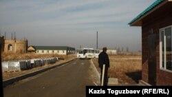 Софроний қонысы алдында тұрған күзетші. Алматы облысы, 11 желтоқсан 2013 жыл.