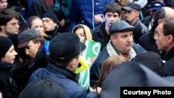 Прихильники свободівців відтісняють студентів (фото надане координаційною студрадою Львова)