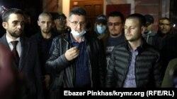 Адвокати Джеміль Темишев (ліворуч), Рустем Кямілєв (у центрі), Айдер Азаматов (праворуч) після засідання суду в Сімферополі