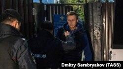 Алексей Навальный (на дальнем плане) во время задержания на выходе из спецприемника. Москва, 24 сентября 2018 года