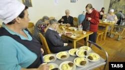 Обитатели Дома престарелых обедают. (Иллюстративное фото.)