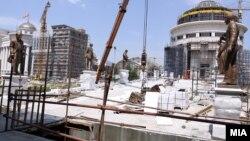 """Вчера беа поставени скулптурите на """"Мостот на уметноста"""" , дел од проектот Скопје 2014."""