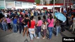 Чарга па туалетную паперу ў сталіцы Вэнэсуэлы, Каракасе (архіўнае фота)