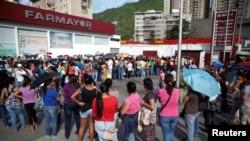 Дүкөндө кезек күткөндөр. Каракас, 16-май, 2016-жыл.