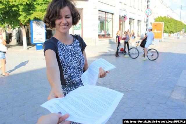 Крымские геи и лесбиянки скромненько помахали радужным флагом в Симферополе (ФОТО) .