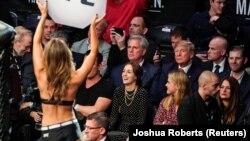 Дональд Трамп на трибуне MMA-боя.