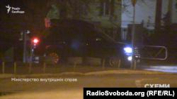Авто, яким користується екс-прем'єр-міністр Арсеній Яценюк, виїжджає від МВС