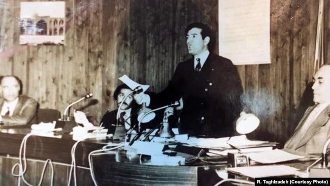در نشست انجمن شهر در سال ۵۷ (نفر دوم از چپ)